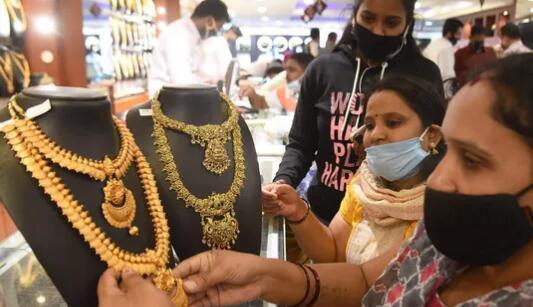 黄金扩大了亏损 白银的价格下跌了每公斤500卢比
