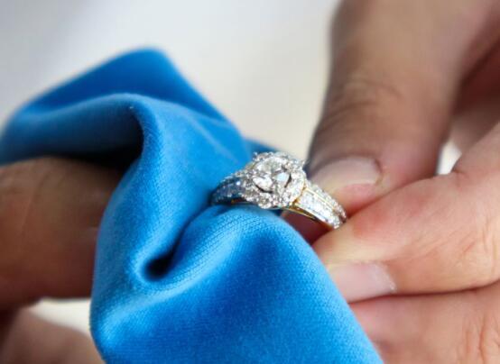据专家介绍如何清洁不同类型的珠宝